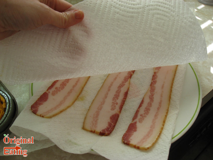 bacon in paper towels