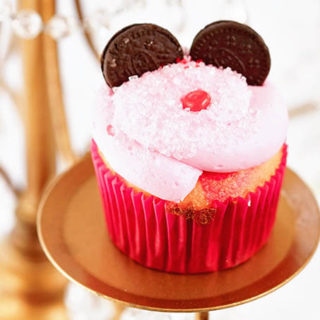 A tutorial how to make Minnie Mouse Cupcake with Oreo cookie ears and a little red nose.