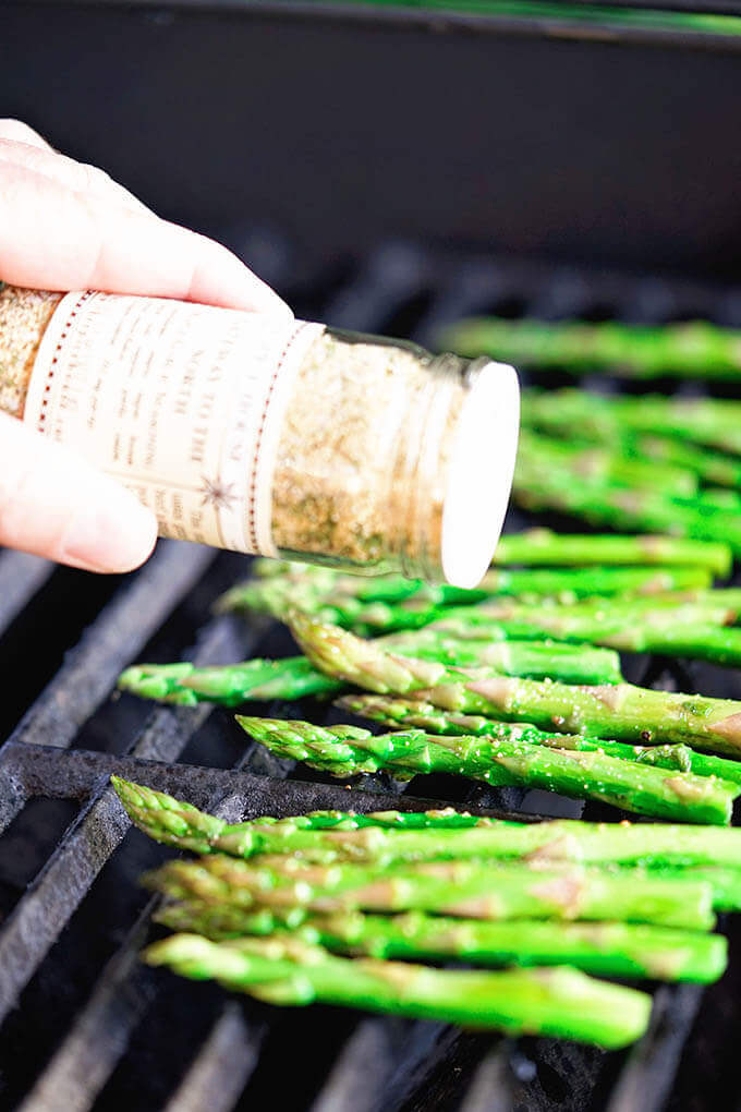 Asparagus on grilled topped with seasoning salt.